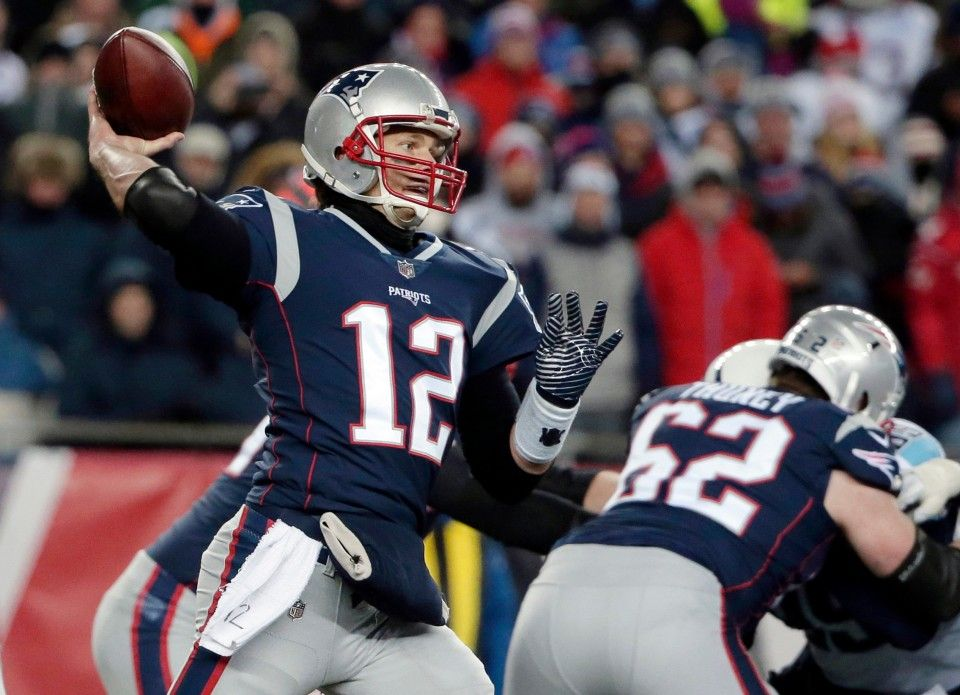 Don T Freak Out Patriots Fans Tom Brady S Injured Throwing Hand Should Be Okay Patriots Fans Patriots Tom Brady