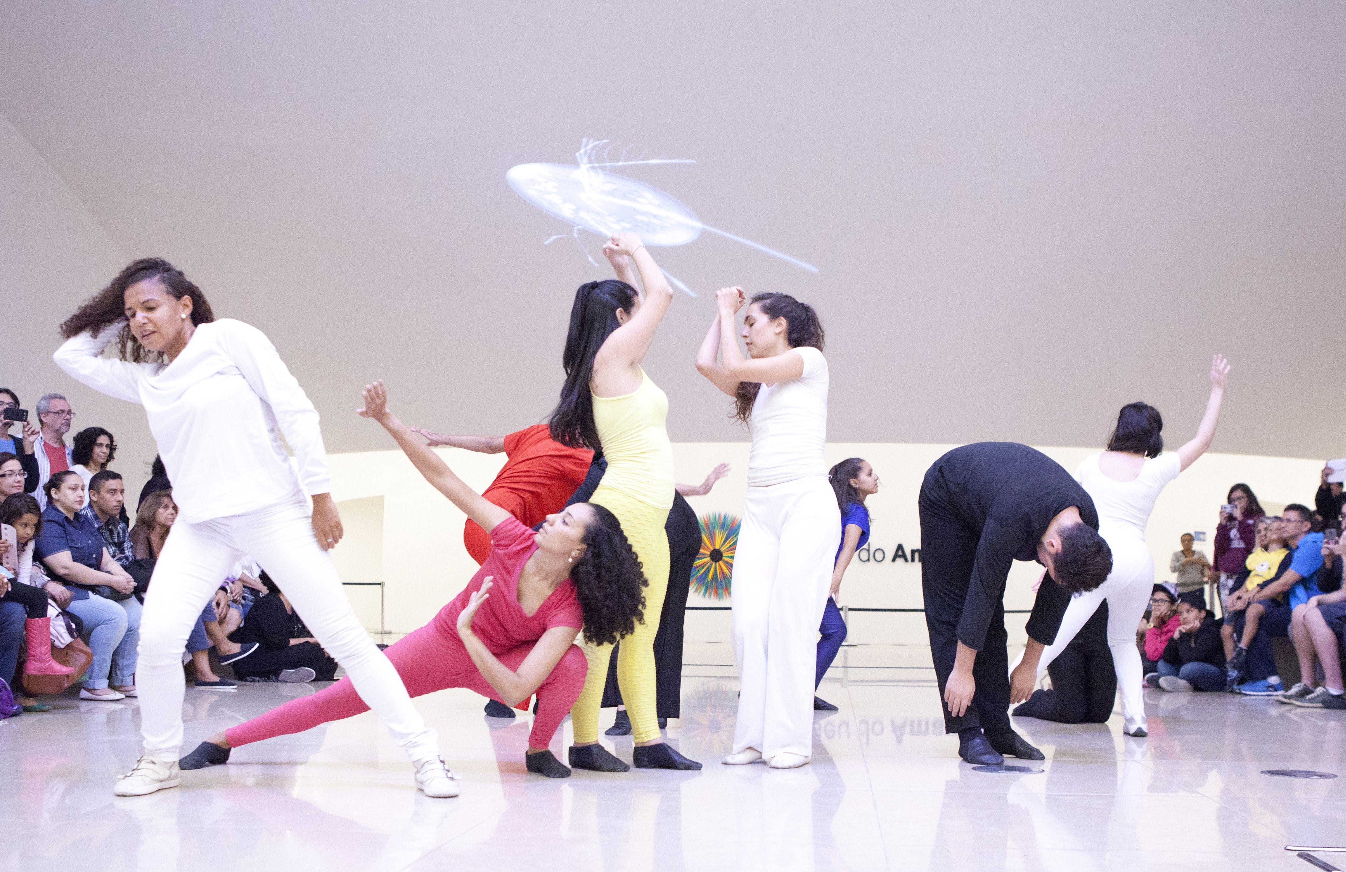 Performance Auto-Organização. Coreografia e direção: João Silveira. Foto de Giovanna Lanna