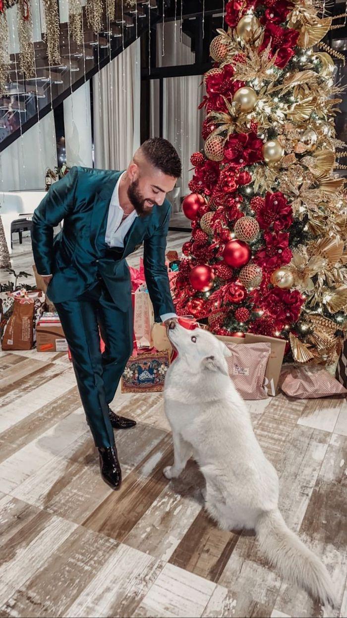 cool-idée-comment-bien-s-habiller-tenue-classe-homme-beauté-maluma-avec-son-chien-adorable-sapin-de-noel-doré-et-rouge