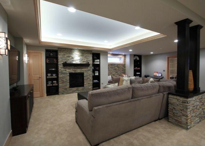 ein geräumiges Wohnzimmer mit Wand Steinoptik, im Keller