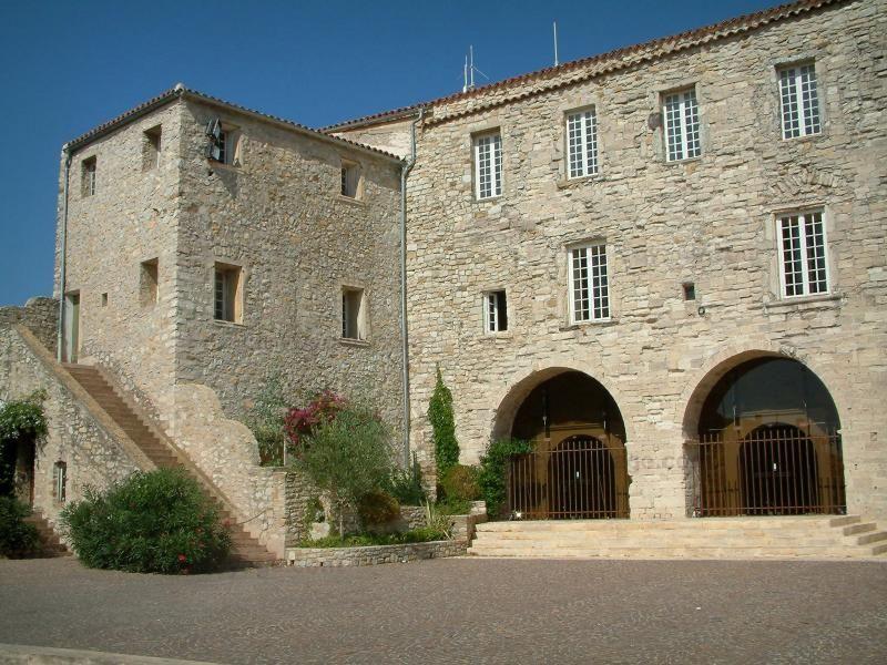 Le Castellet Château, abritant la mairie, et place du