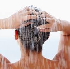 Evita usar agua demasiado caliente en el lavado. Al hacerlo, tu pelo puede perder los aceites naturales y resecarse. Las temperaturas tibias o frías pueden ayudar a sellar la cutícula, devolviendo a las hebras brillo y suavidad.