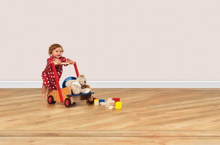 Detičky sa hrajú častokrát na zemi, preto musí byť podlaha dokonalá. www.dizajnovepodlahy.sk