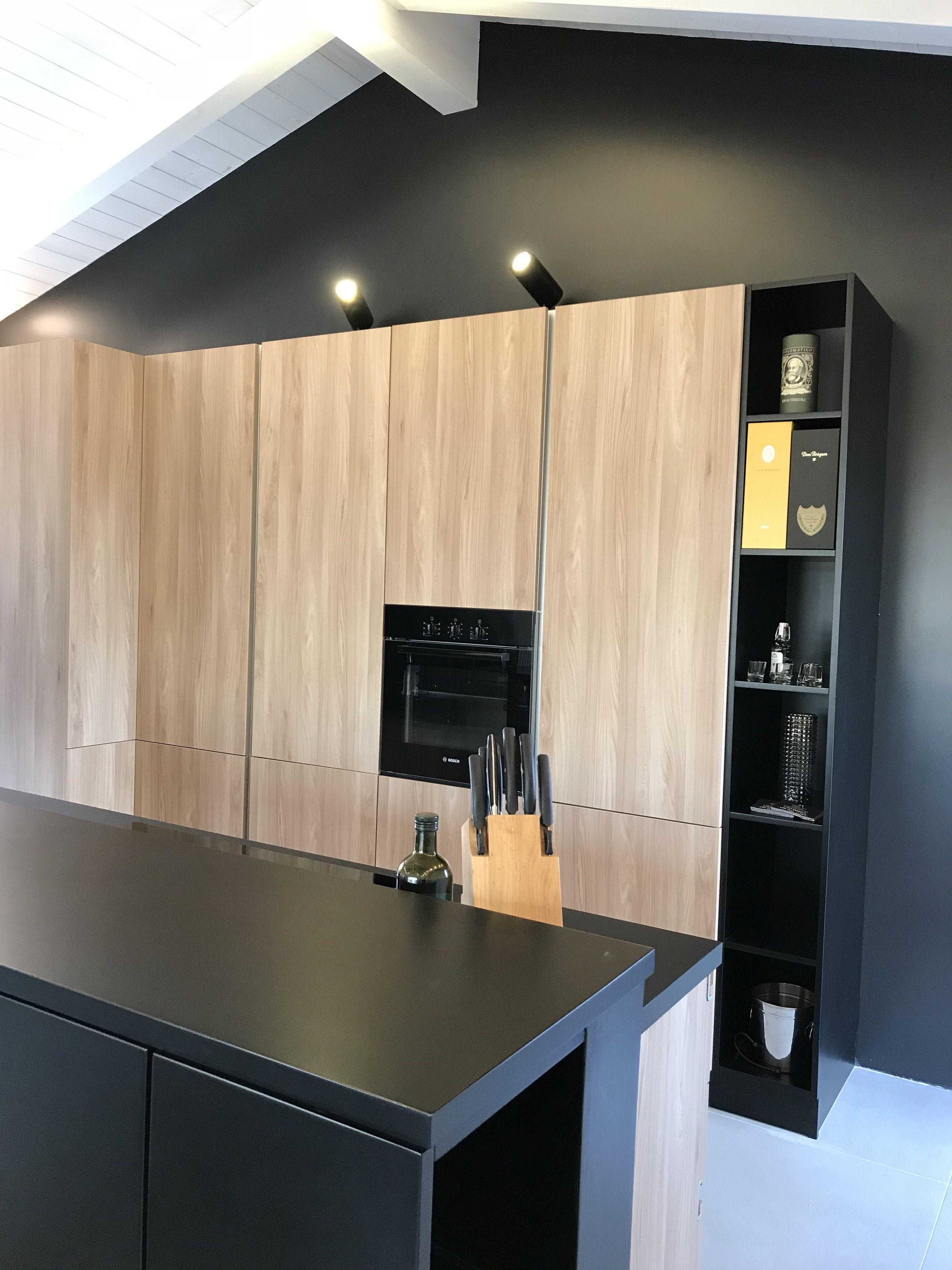 L'arredamento su misura di una cucina moderna, mesolando