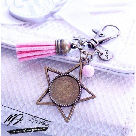 Bijou de sac / porte clécomposé d'un mousquetonen métal bronze, d'un pompon, d'une breloque étoile, d'une perle en verre, d'une breloque love et d'un pendentif cabochon en forme d'étoile. Vous pouvez choisir une image parmi celles proposées sur la deuxième photo ou télécharger votre propre photo ci dessous. Vous pouvez aussi me décrire l'image que vous aimeriez et je vous montrerai le résultat avant de coller le cabochon. LIVRAISON GRATUITE.