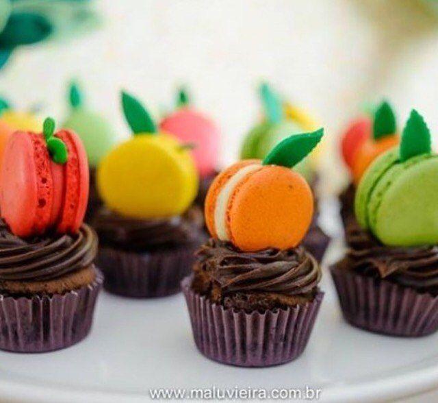 Uma graça esses cupcakes de chocolate com macarons imitando frutinhas, adorei! Muito lindos! #regram @fabianealmeidadesigner - Cupcake @maluvieira - Macarons @la.patiss  #kikidsparty