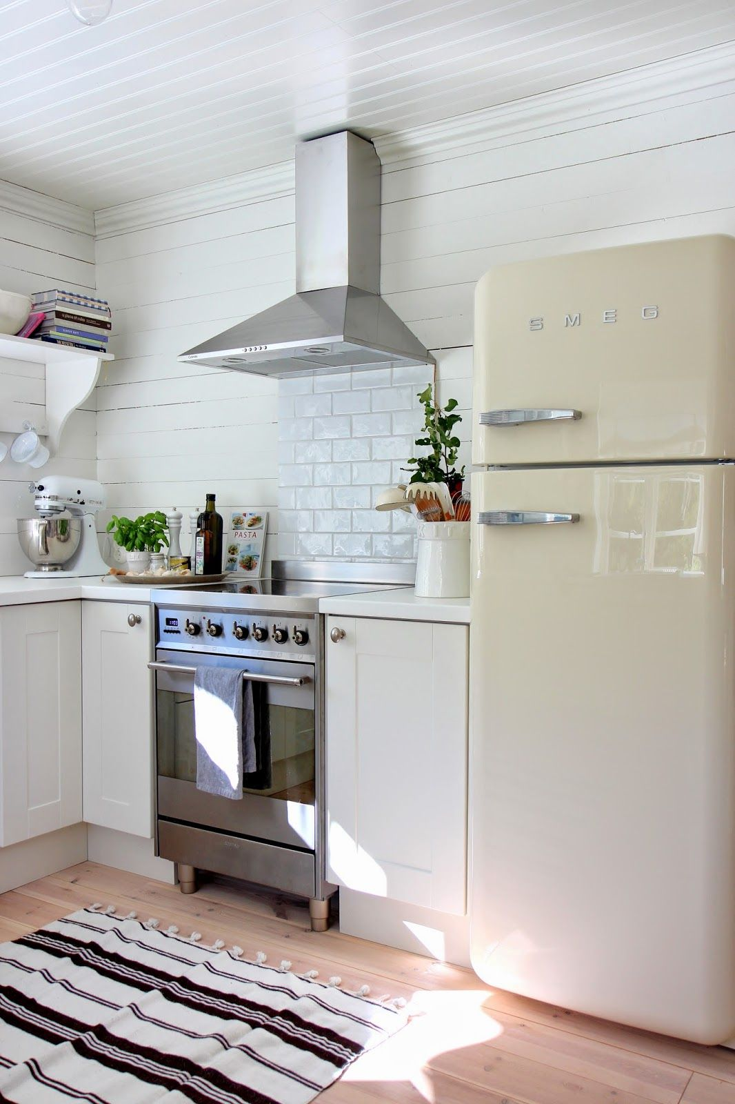 Marias vita bo cute cottage kitchen with a white smeg - Ikea kitchenette frigo ...