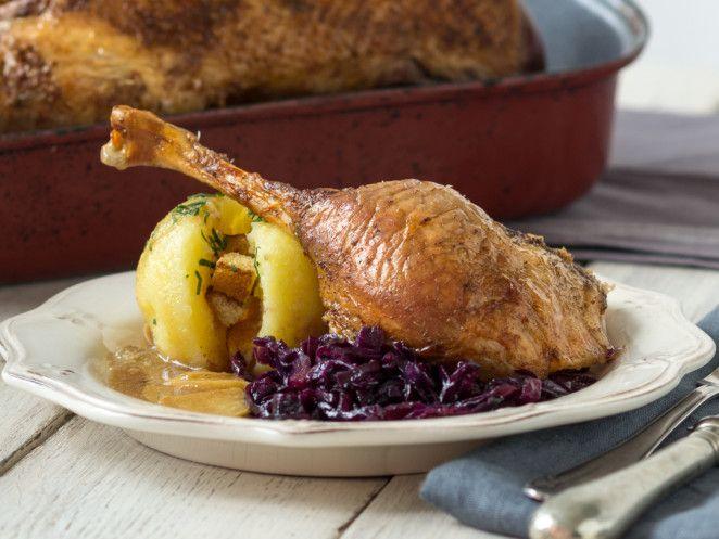 Weihnachtsmenü Hauptgang--- Weihnachtsgans mit Apfelrotkohl und Kartoffelknödel_mag