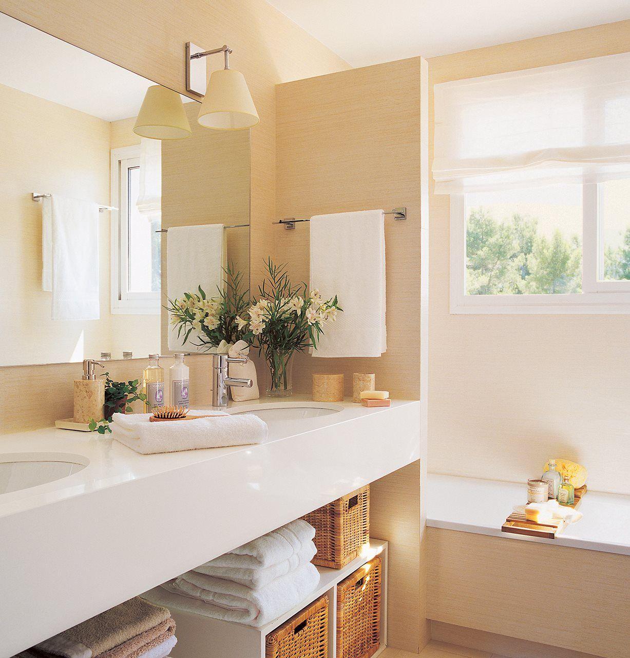 Baño en blanco con murete que no llega al techo que separa del ...