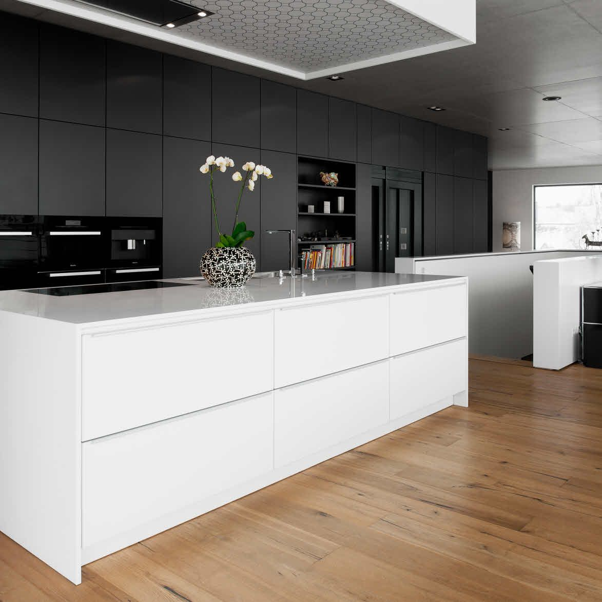 Contemporary Kitchen: The Rear Façade Of The Kitchen, Which Extends Over A Length Of About Six Metres, Hides Access To