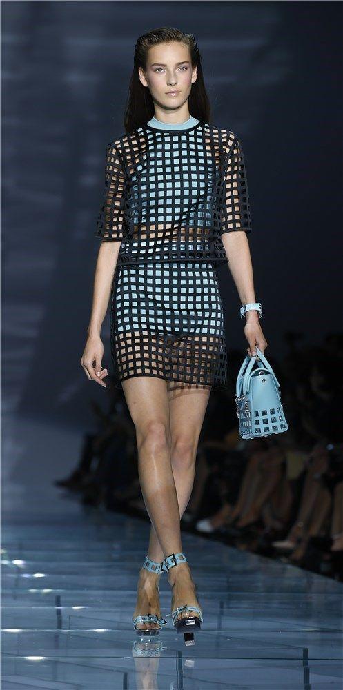 Desfile de Versace primavera-verano 2015 en la Semana de la Moda de Milán