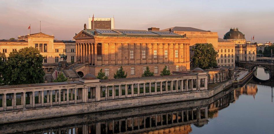 Die Museumsinsel Weltkulturerbe Im Herzen Berlins Museum Insel Museum Bode Museum