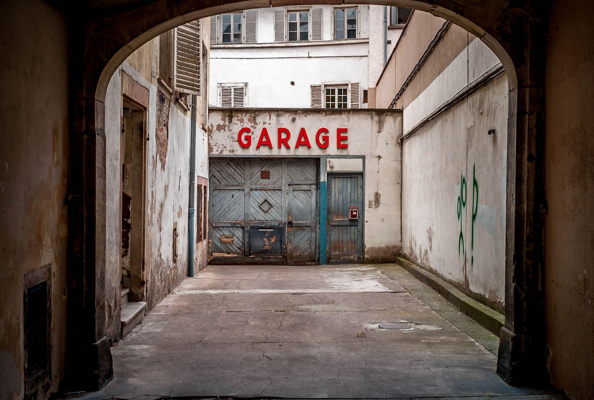 https://flic.kr/p/vS29Gk | LE garage | Leica M8, Summicron v IV
