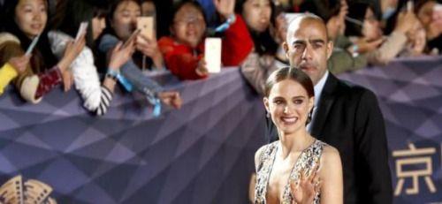 Al parecer el ser mujer para Natalie Portman es una...