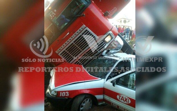 Tortón a exceso de velocidad se monta en un Taxi - http://www.esnoticiaveracruz.com/torton-a-exceso-de-velocidad-se-monta-en-un-taxi/
