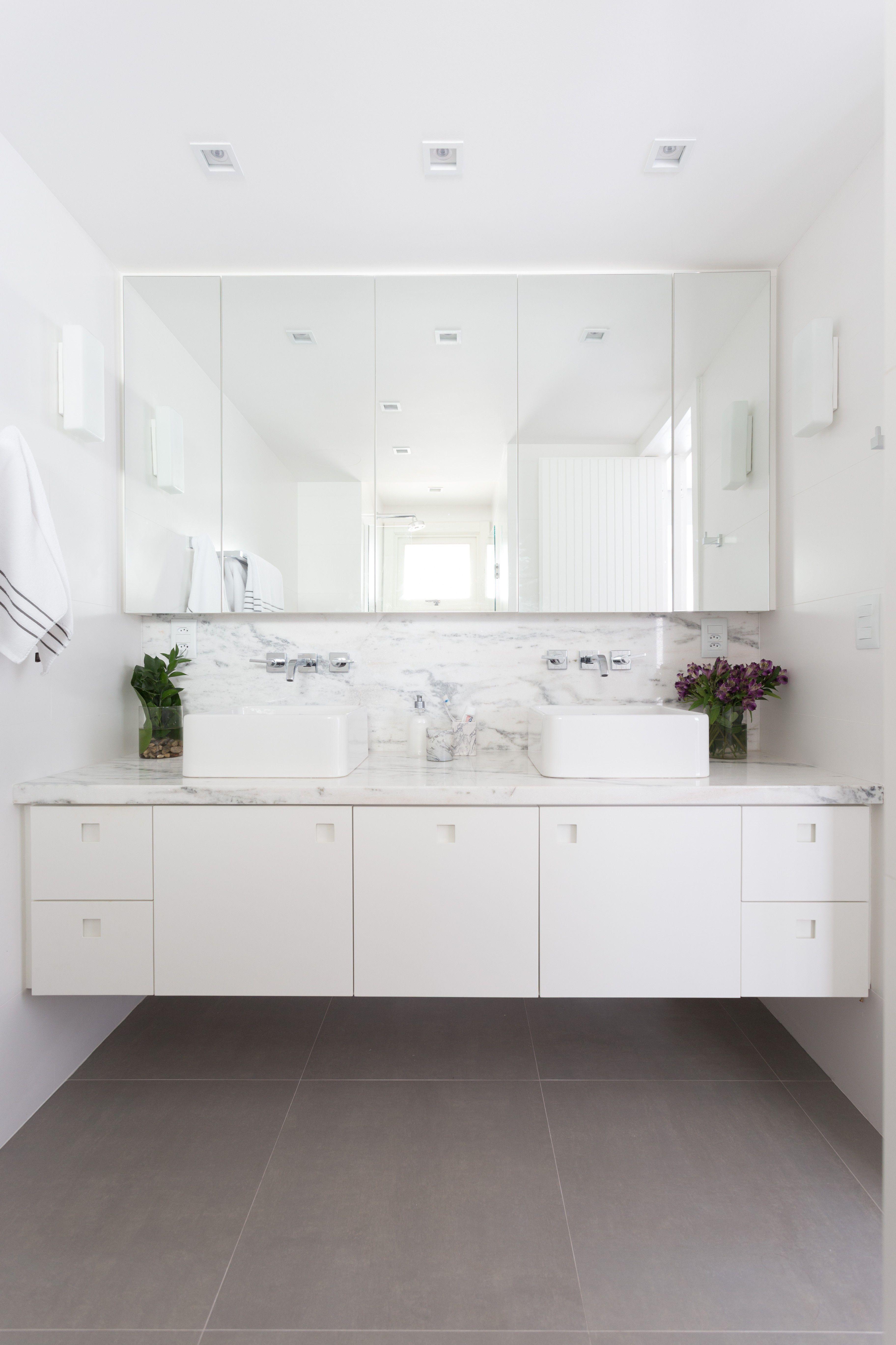 Haus außentor design com décor minimalista e paleta neutra o projeto aposta em