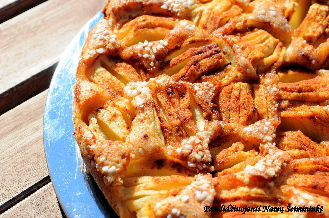 Pasididžiuojanti Namų Šeimininkė: Obuolių pyragas