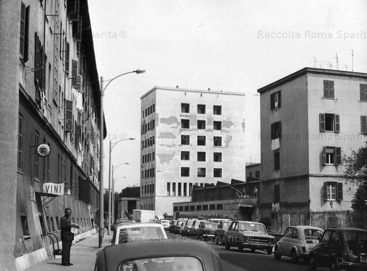 Quarticciolo Via Castellaneta sullo sfondo l'ex casa del fascio poi divenuta il commissariato del quartiere (Visita il nostro sito templedusavoir.org)