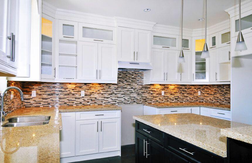 Unglaubliche Weiß Schränke Granit Arbeitsplatten Küche ...