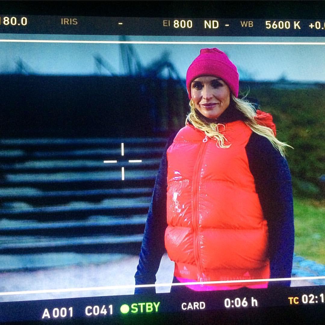 #juttagustafsberg sateessa markkinoinnin kuvauksissa Kaivopuistossa. #liv #livtv #livsuomi #trailershooting #marketing #tvshow #tvreality #tähtitorninmäki #kaivopuisto #Helsinki