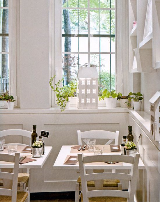 Bianco latte e il total white in cucina. #kitchen White table sets ...
