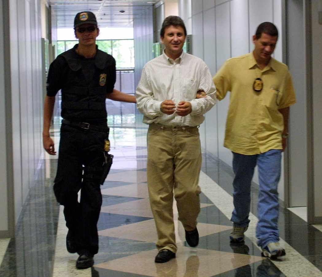 PF nega envenenamento de delator de corrupção na Petrobras - Notícias - R7 Eleições 2014 .  http://noticias.r7.com/eleicoes-2014/pf-nega-envenenamento-de-delator-de-corrupcao-na-petrobras-26102014