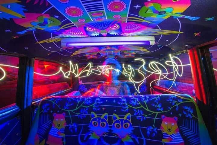 Increible #Arte Imprimiendo tela con diseños vibrantes que cubren casi cada pulgada del interior de diferentes vehículos (desde el techo, los paneles de la puerta y los asientos), Taxi Fabric ha pensado en una forma más creativamente de decorar los taxis, con arte original de diseñadores locales. Esta acción ha traído una serie de beneficios tanto para el taxista y coo para los artistas locales.  Agradecimientos: Talenthouse
