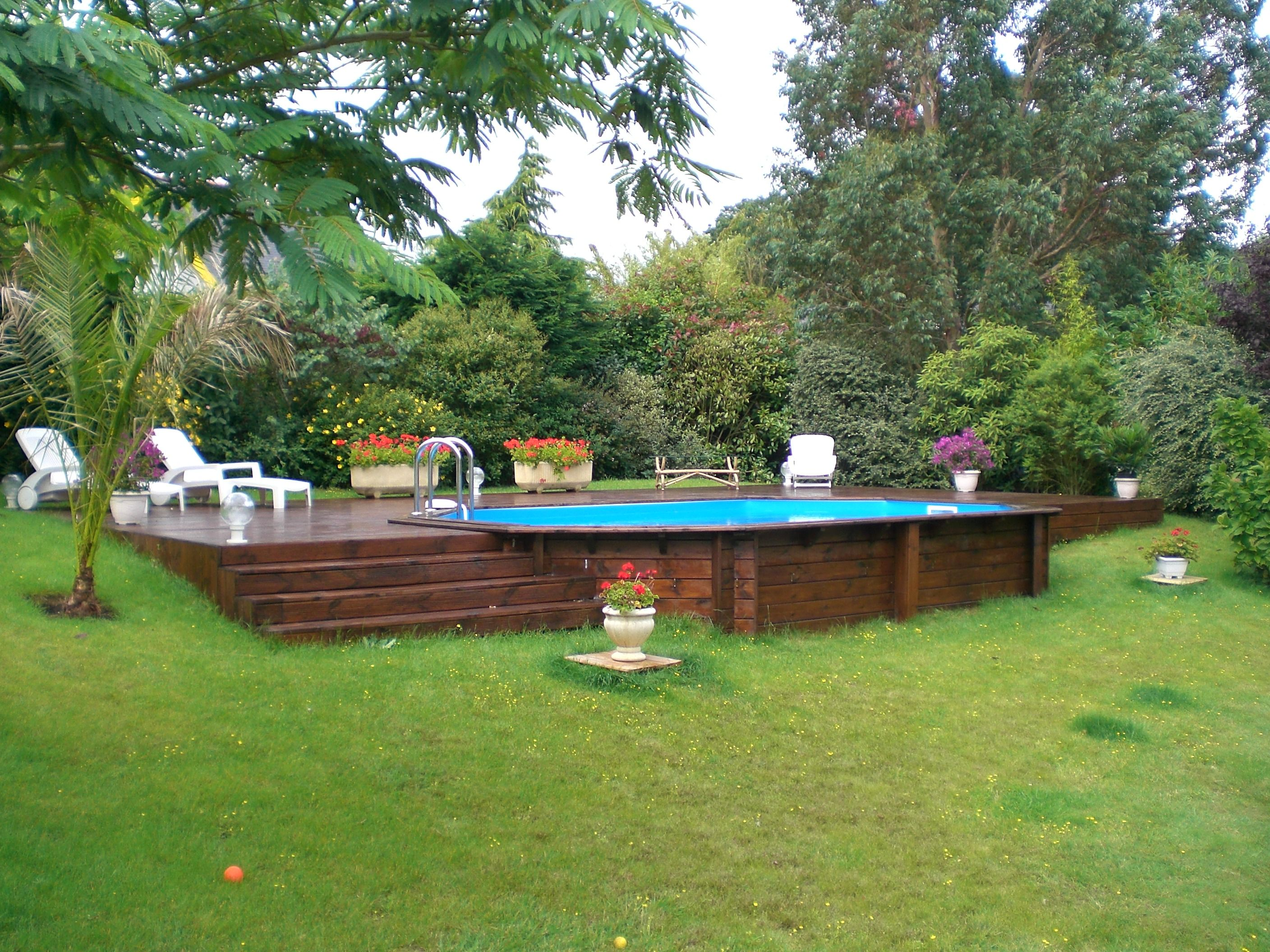 Piscine hors sol en bois semi enterr e sur terrain en for Piscine hexagonale semi enterree