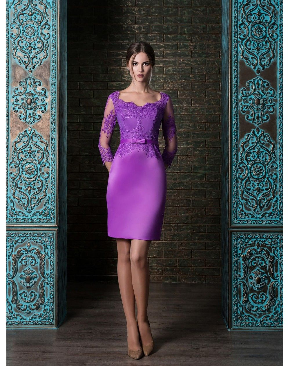 0c46febf9e99 Krátke elegatné púzdrové šaty so saténovou sukňou s trojštvrťovými rukávmi  zdobené čipkou. Červené