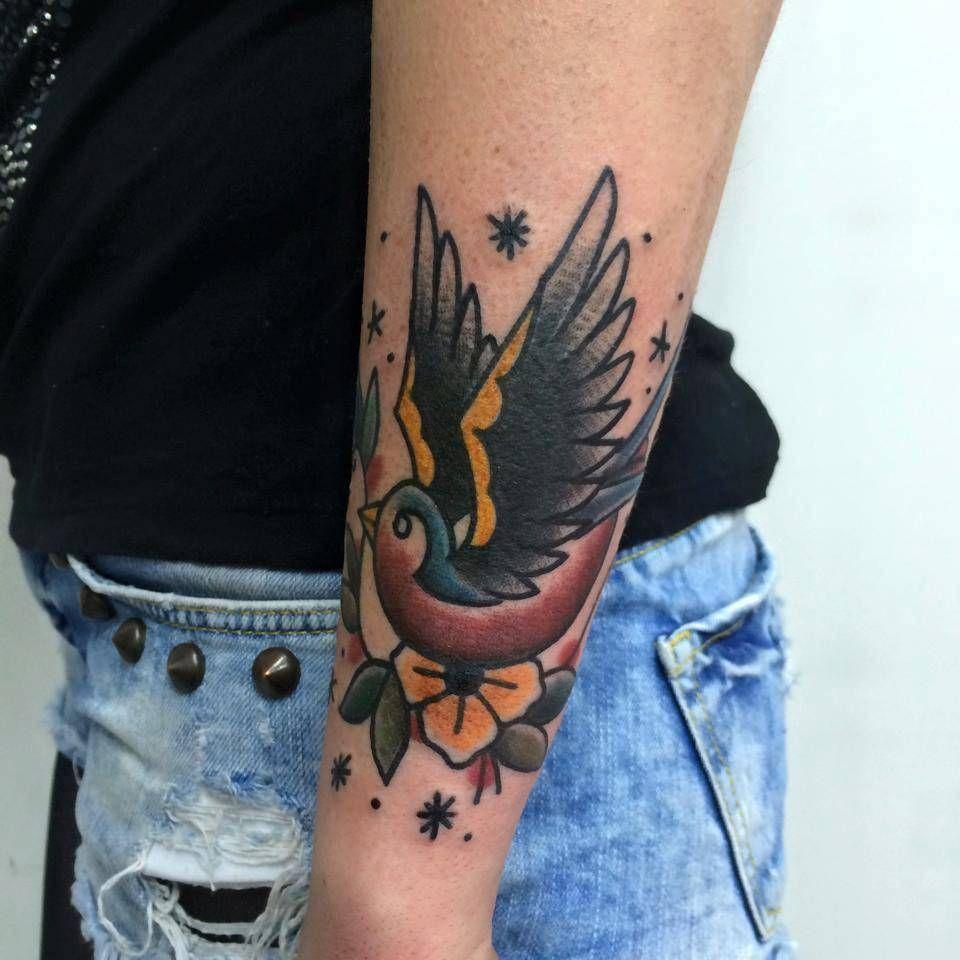 Tatuaje De Una Golondrina De Estilo Tradicional En El Antebrazo
