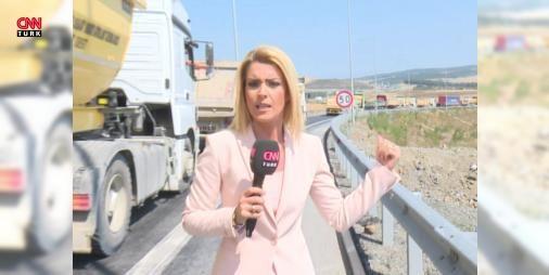 """Kamyonlardan 3. Köprü gişelerine protesto: Odayeri-Hasdal-Çatalca bağlantı yolu dün kamyonlar tarafından trafiğe kapatılmıştı. Protesto bugün de korna çalarak sürdü. Kamyon şoförleri """"nakit gişesi ve bariyer kaldırılsın daha hızlı geçelim"""" diyor. Kamyonlar ile köprüden gelen araçlar aynı noktadan gişelere girince bakın trafik nasıl bir hal alıyor... Pınar Çıtak'ın haberi..."""