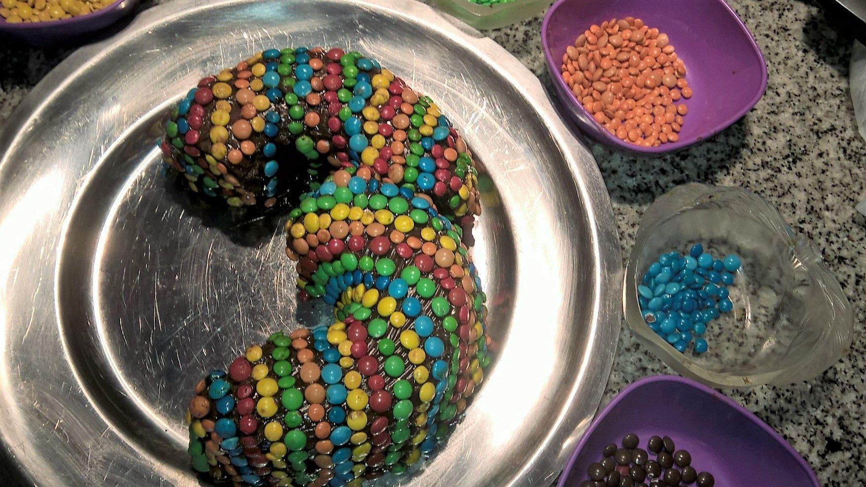 Torta 3 añitos. Bizcochuelo, dulce de leche y lentejas de colores.