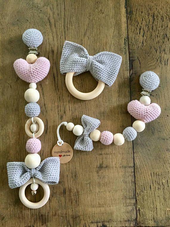 Ähnliche Artikel wie Kinderwagenkette Schnullerkette Aufhänger Beissring Strick Herz  auf Etsy #babysets