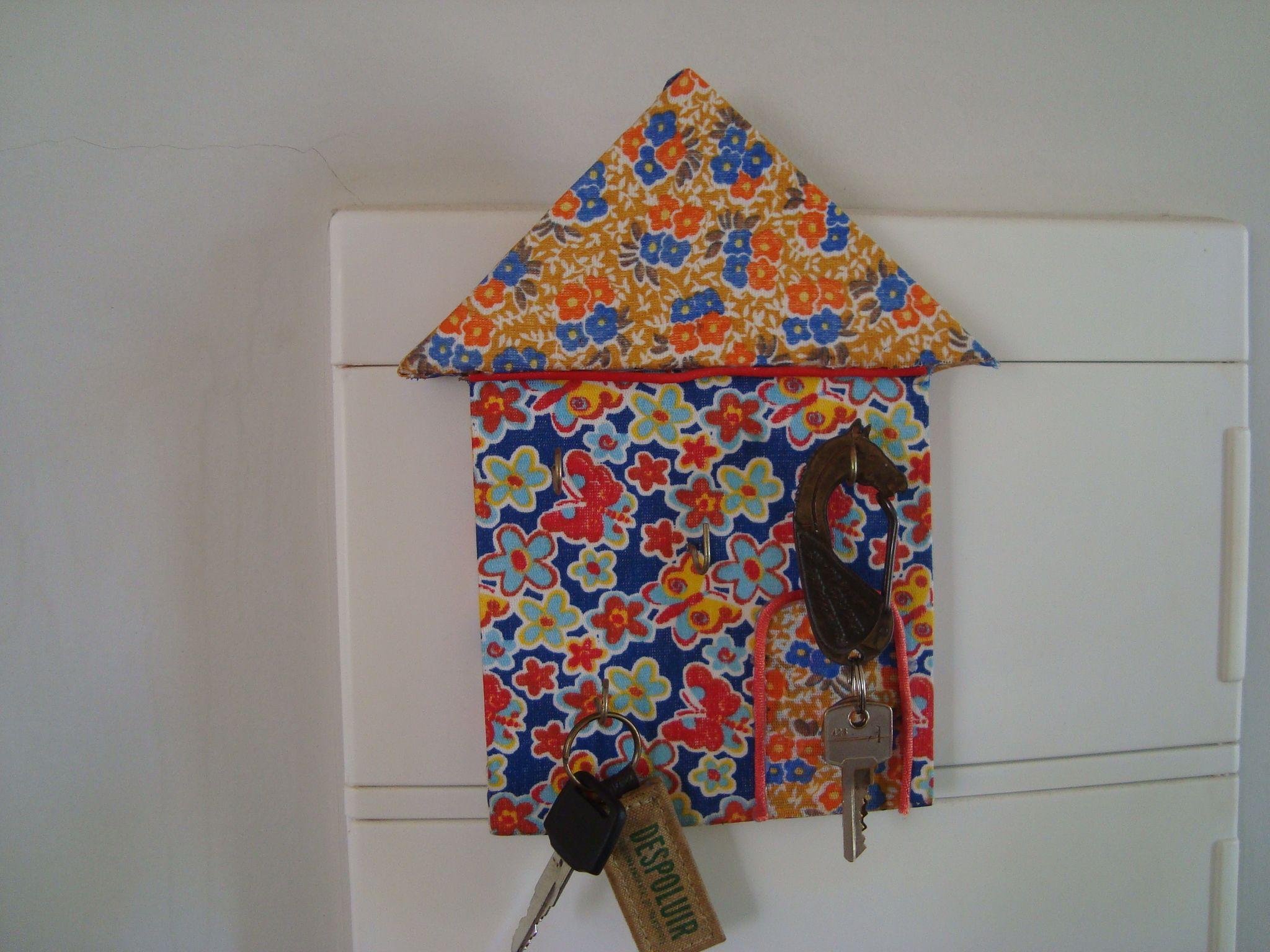 Porta chaves de MDF reciclado e retalhos de tecidos.