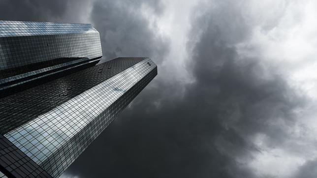 Dunkle Wolken über den Türmen der Deutschen Bank. Skandale
