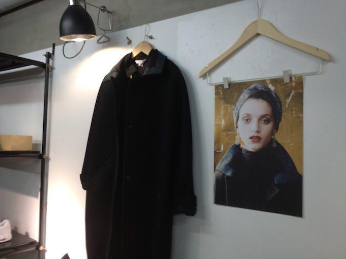 Bij &Otherstories in Parijs weet men klanten te raken door één beeld aan de merchandise toe te voegen dat meer zegt over het product dan 1.000 woorden. Over verleiden gesproken.