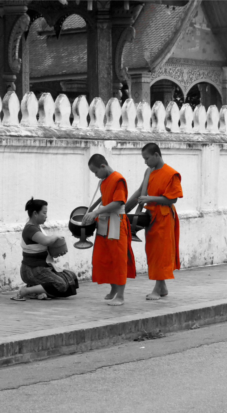 Tak Bat in Luang Prabang - how to witness the famous daily monks procession for tak bat and how to behave sensitively whilst taking cool photos #Laos #LuangPrabang #TakBat