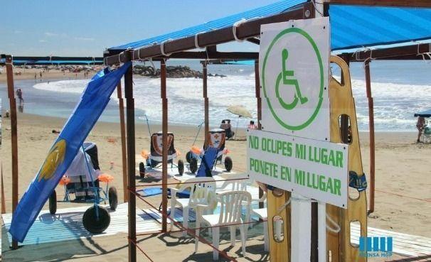 """Proponen playas públicas """"accesibles"""" para discapacitados  La iniciativa proviene de la Asociación Mutual De Guardavidas y Afines, que quiere incorporar en balnearios del centro y del sur 8 espacios de sombra y sillas anfibias para poder bajar al mar."""