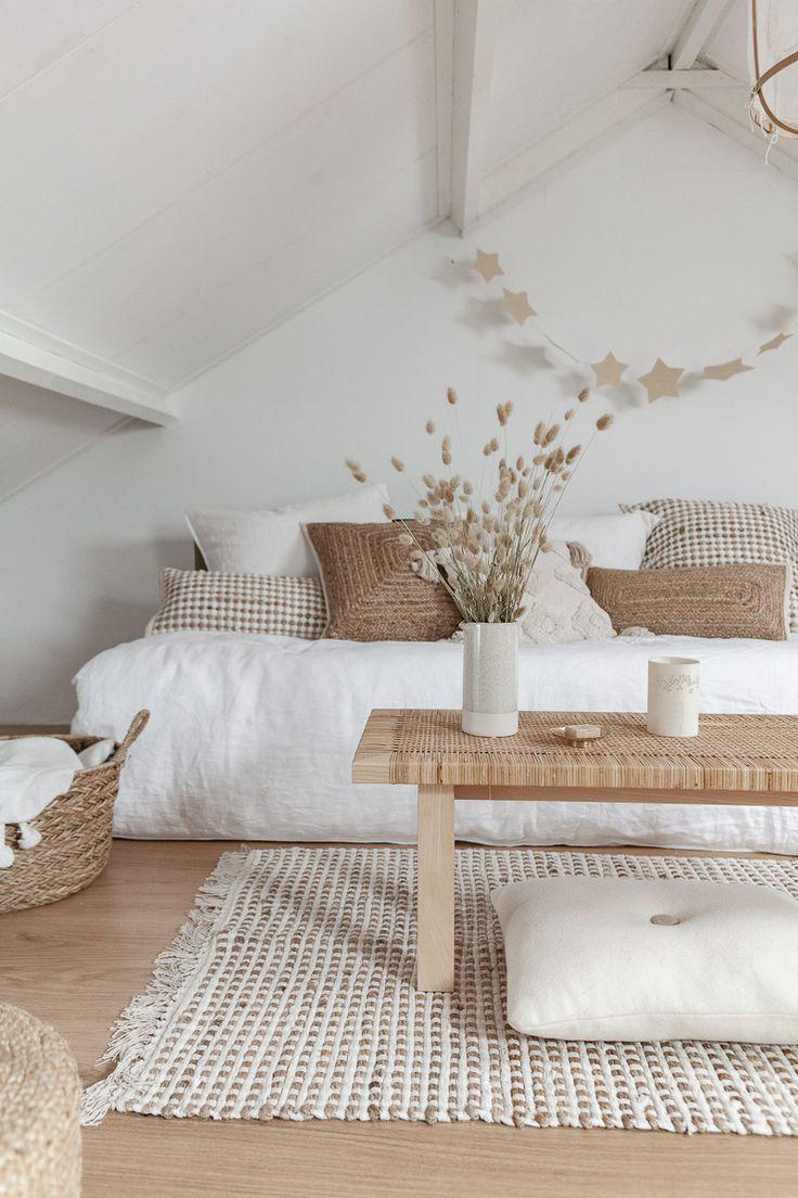 Weiße Lackfarben: Rustikales weißes Wohnzimmer mit minimalem Bauernhaus-Innensti wood workings