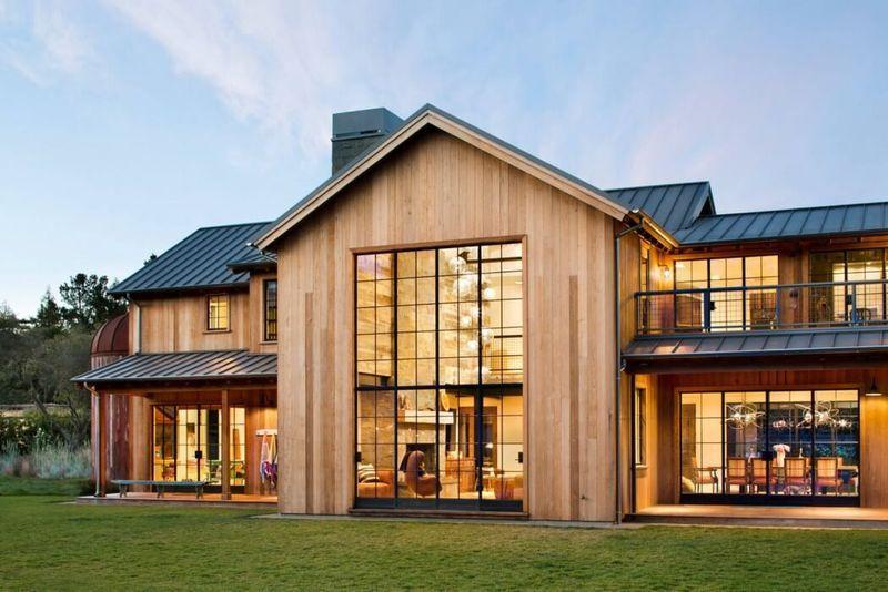 Maison originale en bois avec belle piscine et jardin multicolore à