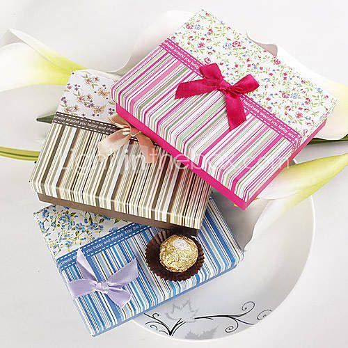 Caixas em mdf coloridas com estampas listrada e floral.