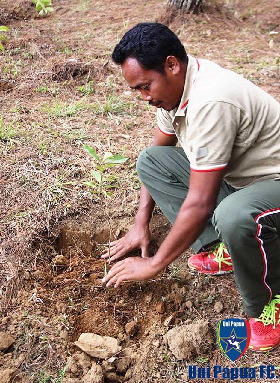SAVE MERBABU With Uni Papua Fc Salatiga Ayo kita Selamatkan Gunung Merbabu. #UniPapua #UniPapuaFc #savemerbabu