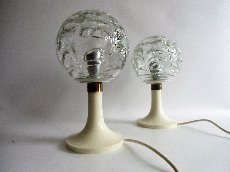 Zwei Doria Nacht Tisch Lampen Kugeln Auf Tulpen Trompeten Fuss Aus Den 60er Jahren Tulip Sockel Vtg Bedside Lam Mouth Blown Glass Saving Light Light Table