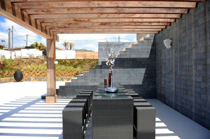 holz-pergola ohne imprägnierung neben der natursteinmauer, Gartenarbeit ideen