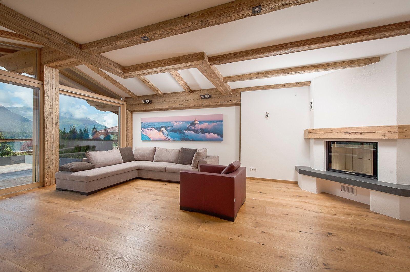 die sonne luxuri ses wohnzimmer mit hochwertigen holzboden und kamin einrichten und wohnen. Black Bedroom Furniture Sets. Home Design Ideas