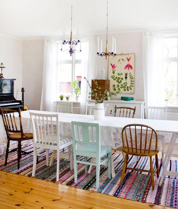 Spisestue i villahus, forskellige stole, gulvtæppe, plads til mange ...