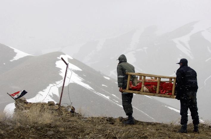 DESCONOCIDO (NAMO) Salah Salehi • Drama • Irán • 2013 • 30 min // En Irán, en la zona fronteriza con el Kurdistán, un sargento de la policía y un soldado deben enterrar el cuerpo de una persona que se ha suicidado. Pero nadie admite enterrar a un suicida en su territorio.