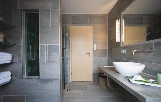 Schon Seit Langer Zeit Hat Granit Seinen Festen Platz Im Badezimmer Als Waschtisch Boden Und Wandfliese Badezimmer Badezimmer Fliesen Dekoration Badezimmer