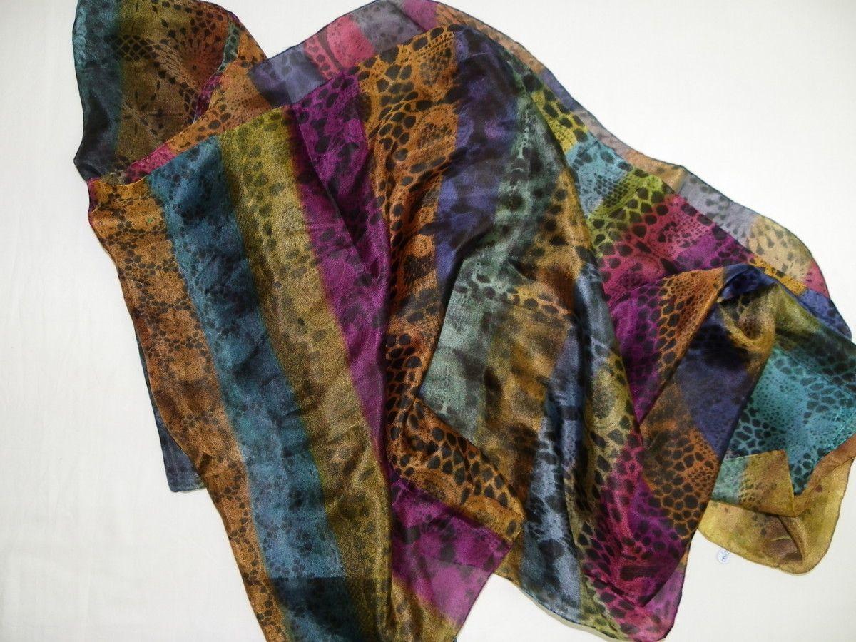 Linda echarpe de seda pongé 5, pintada à mão, com a técnica <br>listras e rendas. Ideal para compor um visual arrojado e contemporâneo. Pode ser usada de várias formas, principalmente devido ao seu tamanho diferenciado.