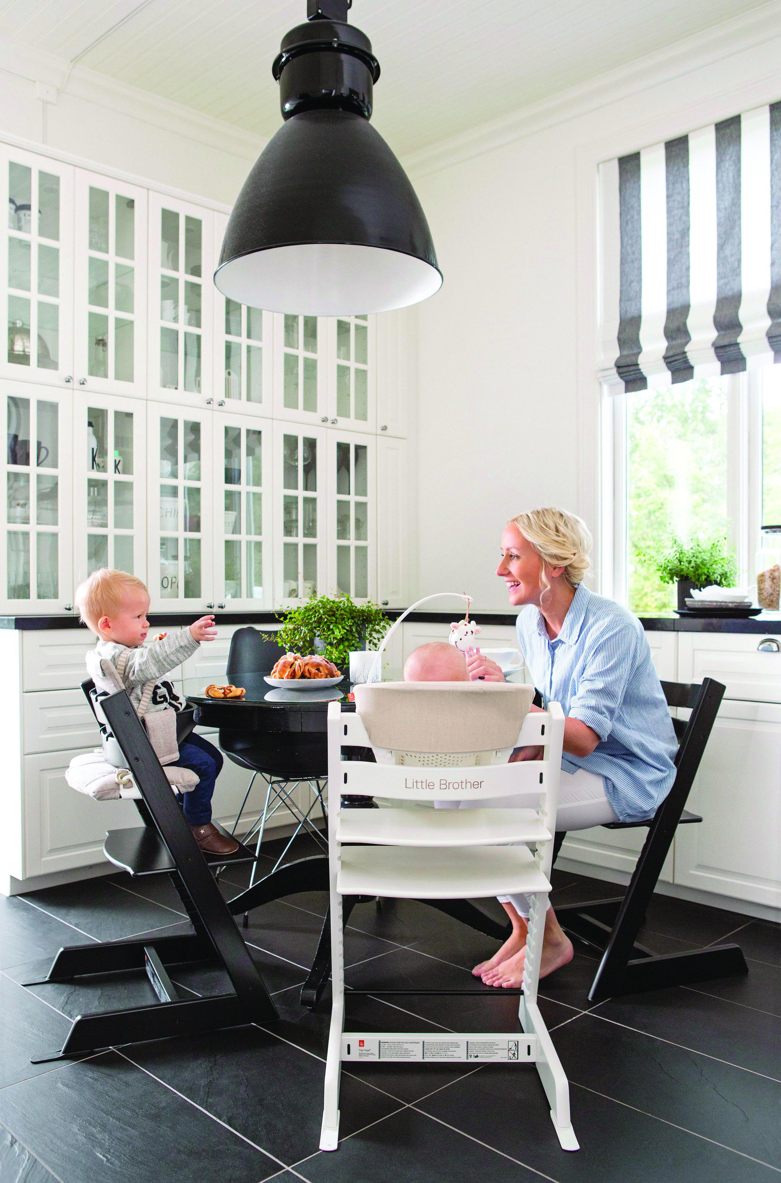 Cada Tiene Su Propio Nombre En Su Silla El Hermanito Tambien Stokke Tripptrapp Silla Living Room Chairs Stokke High Chair Accent Chair Set